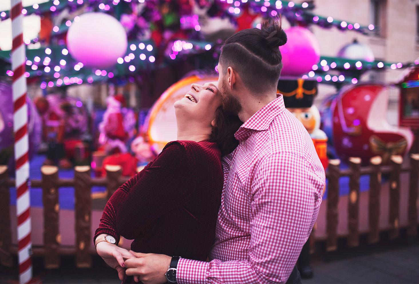 Dans les bras de mon amoureux avec le sourire pour fêter les 4 ans de blog au milieu des illuminations du marché de Noël de Tours