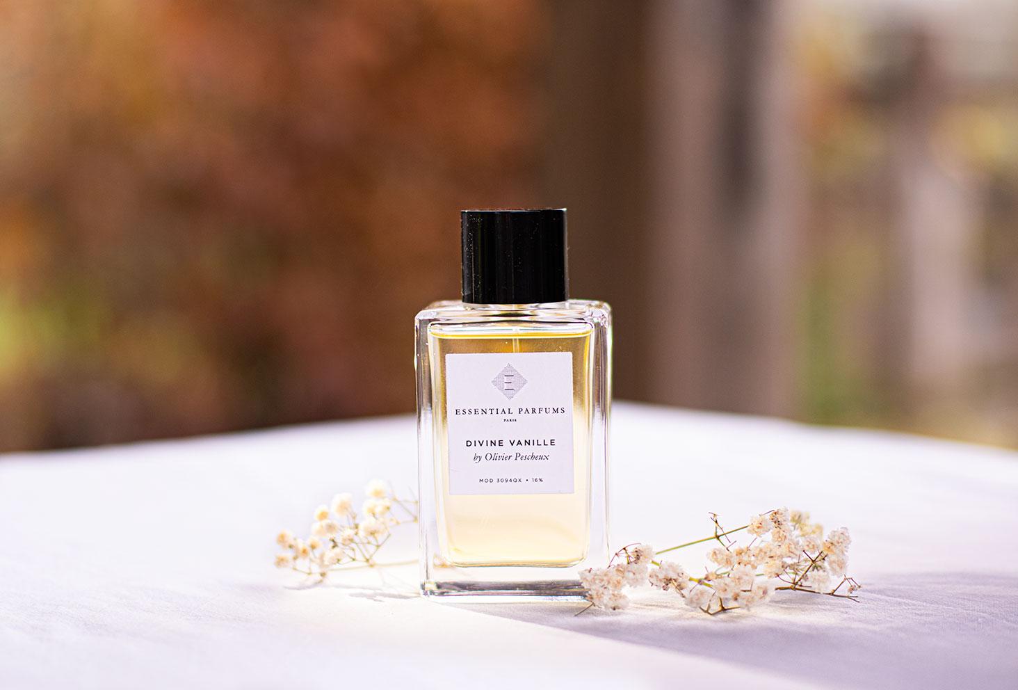 Le parfum Divine Vanille de la marque Essential Parfums sur un drap blanc avec un jeu de lumière pour les idées cadeaux