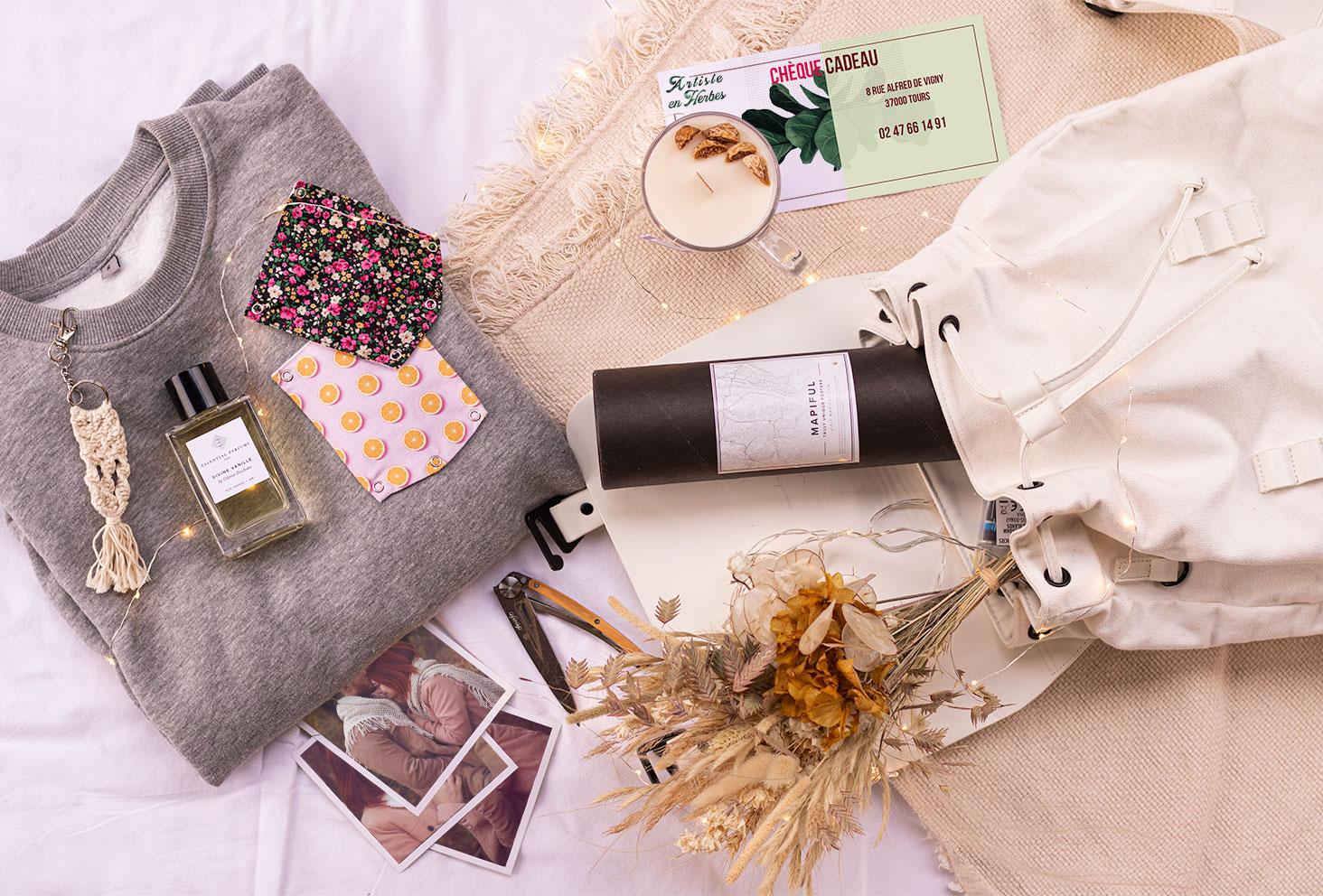 100 idées de cadeaux, dont 10 idées originales pour n'importe quelle occasion, poses sur un plaid et un drap blanc
