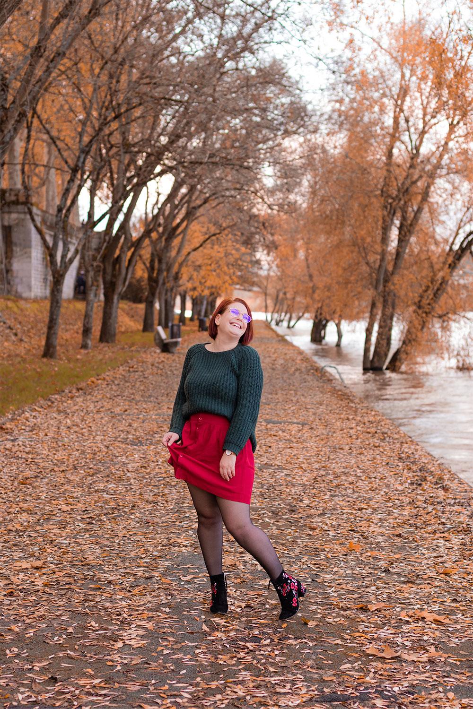 Sur les bords de Loire recouverts de feuilles aux couleurs de l'automne, en pull vert sapin et jupe fluide bordeaux shoppé sur la friperie en ligne Patatam