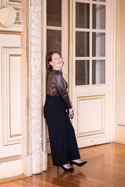 Shooting pour le nouvel an 2020 dans l'hôtel de ville de Tours en tenue de fêtes pantalon noir et body à paillettes