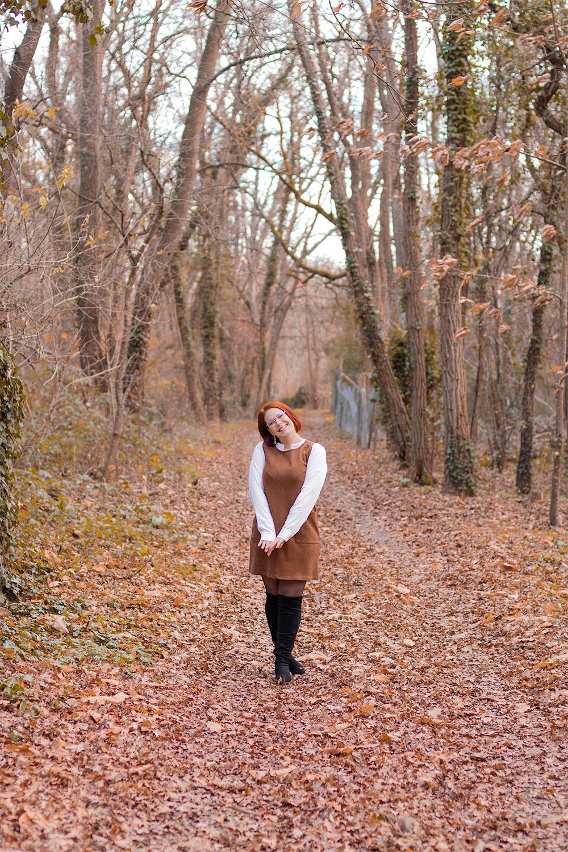 10 idées de looks pour l'hiver en blouse à motifs lauriers et robe chasuble au milieu des bois