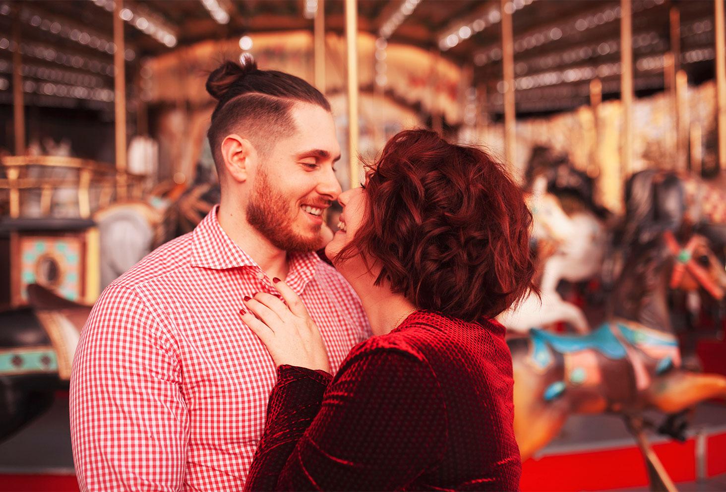 Photo pleine d'amour au marché de Noël de Tours, les yeux dans les yeux, devant le carrousel