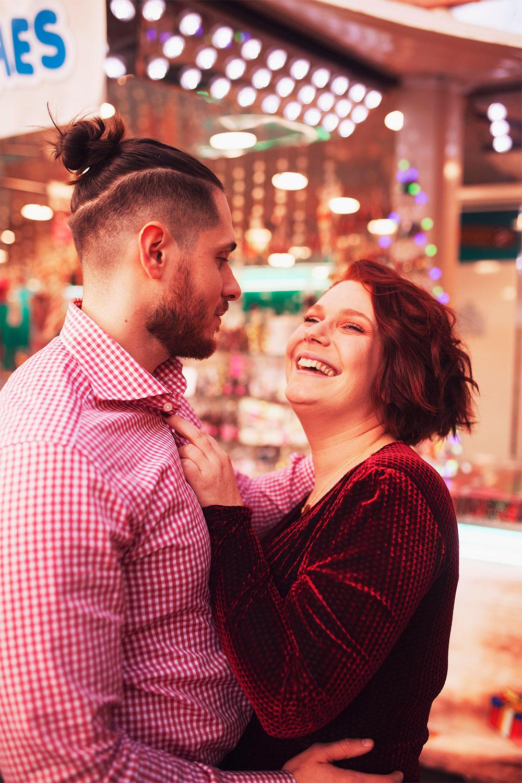 Sur le marché de Noël en amoureux, avec le sourire au milieu des illuminations, pour fêter les 4 ans de blog