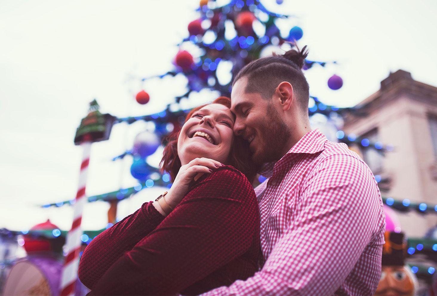 En amoureux avec le sourire au milieu des illuminations du marché de Noël