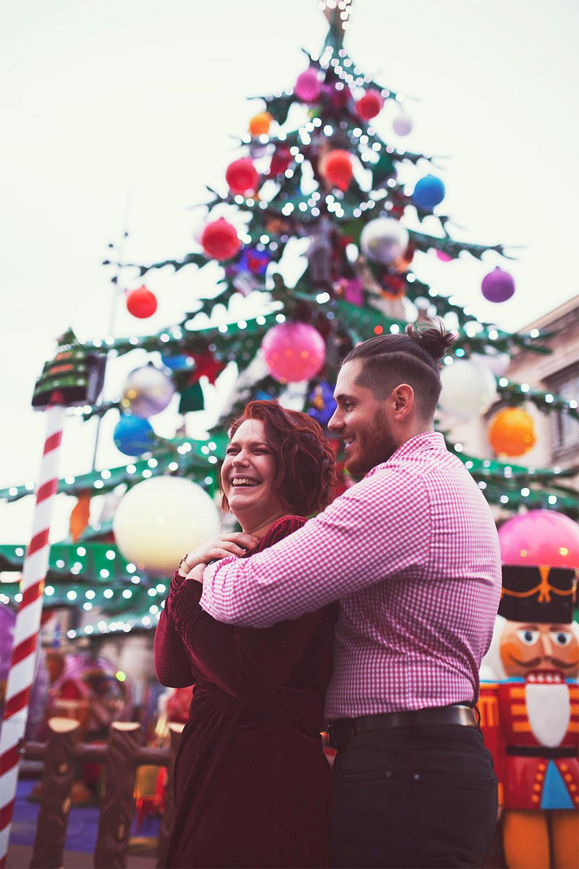 Shooting de nos looks de fêtes en amoureux devant les illuminations du marché de Noël de Tours