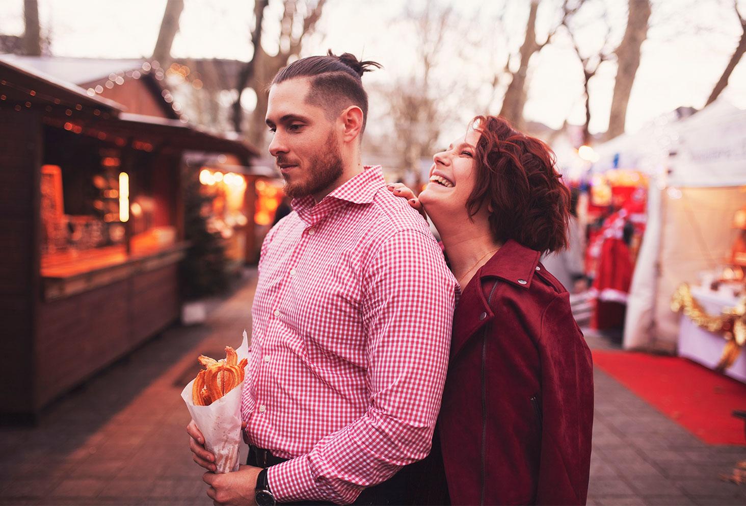 Dans l'allée du marché de Noël de Tours en amoureux pour un shooting de fêtes pour les 4 ans de blog