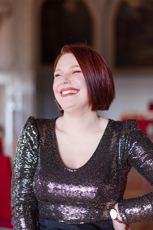 Zoom sur le body à sequin de La Halle porté avec le sourire et du rouge à lèvres nude pour les fêtes
