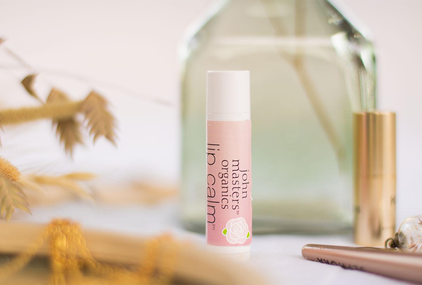Zoom sur le baume à lèvres à la rose de John Masters Organics