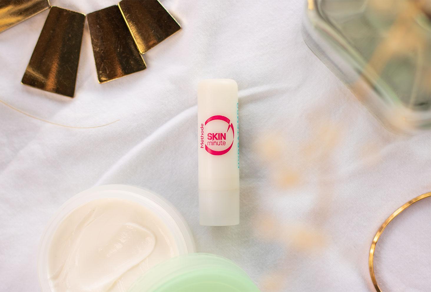 Zoom sur le baume à lèvres Skin minute de Body Minute posé sur un drap blanc