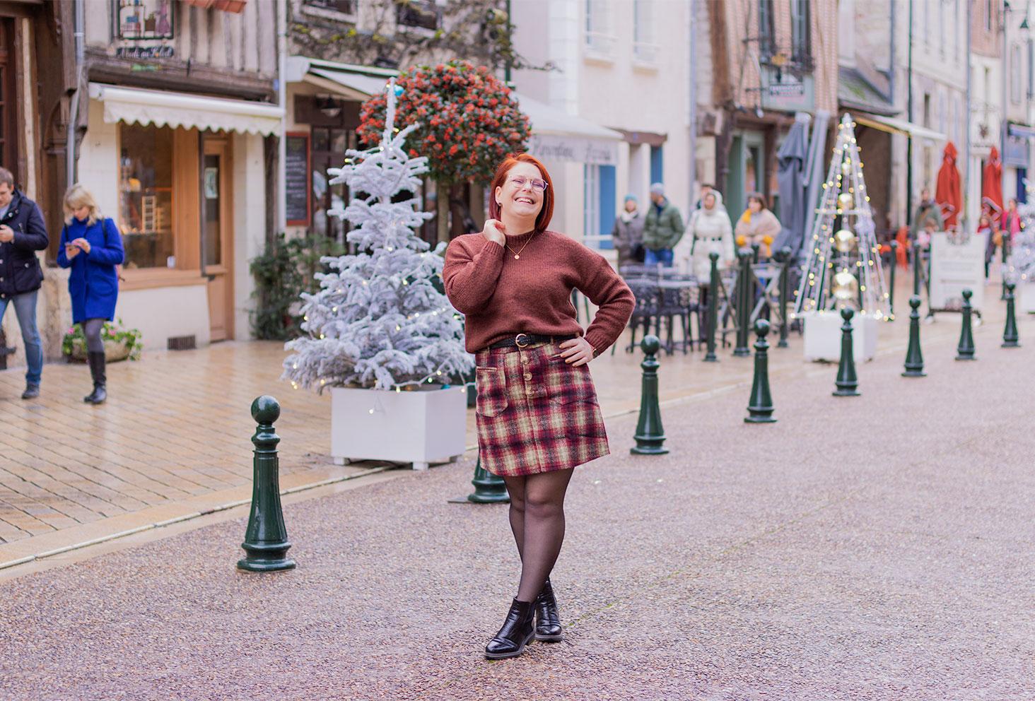 Look marron à Amboise pour la résolution de 2020, avec le sourire au milieu de la rue
