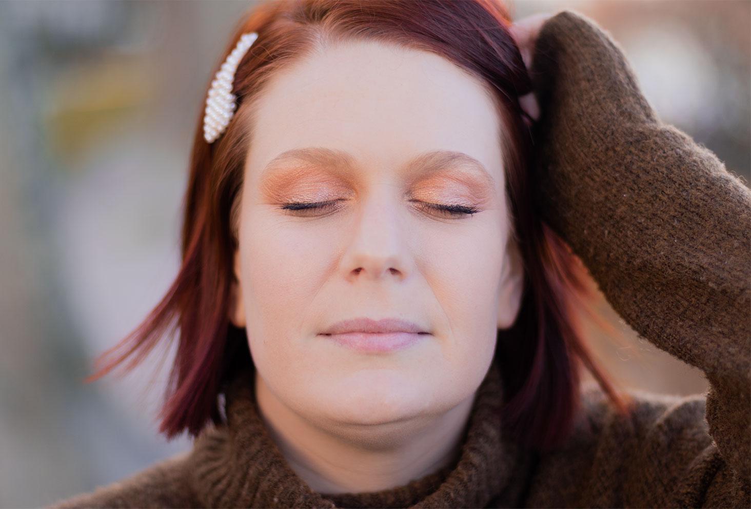 Résultat yeux fermés du make-up nude réalisé avec la palette Tartelette Toasted de Tarte