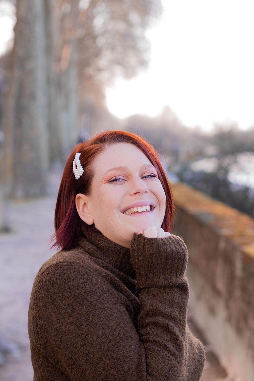 Résultat du maquillage nude de tous les jours avec le sourire réalisé avec la palette Tartelette Toasted