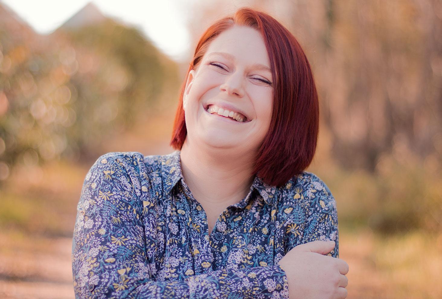 Portrait dans la forêt avec le sourire pour montrer le résultat des baumes à lèvres