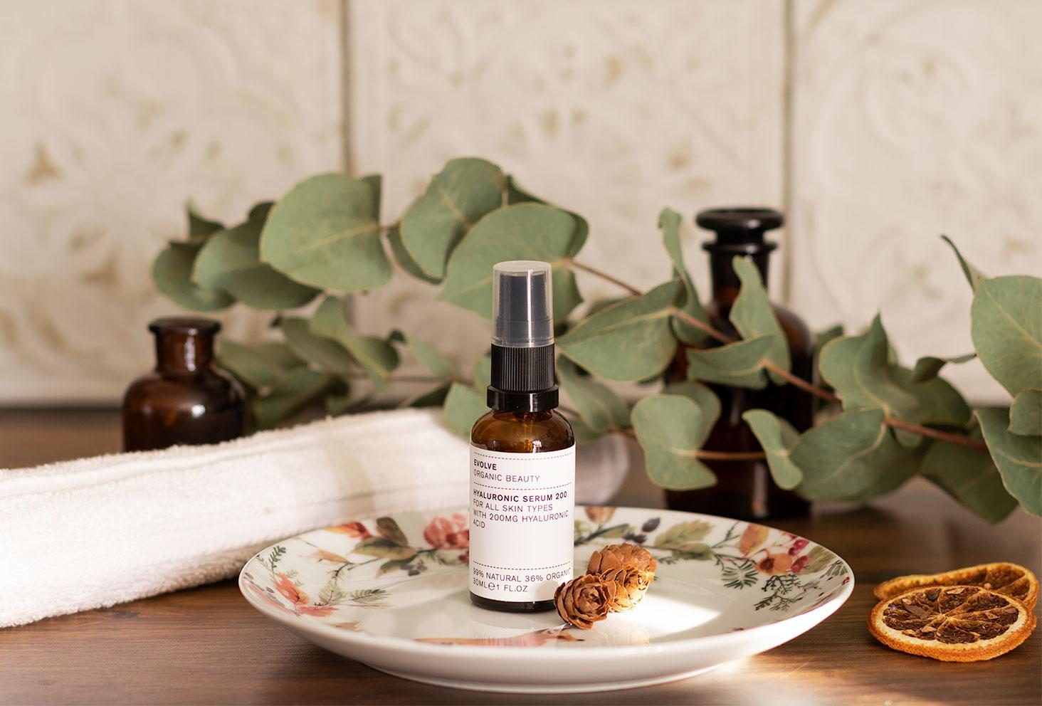 Le sérum hydratant Evolve, une assiette au décor floraux, dans une salle de bain
