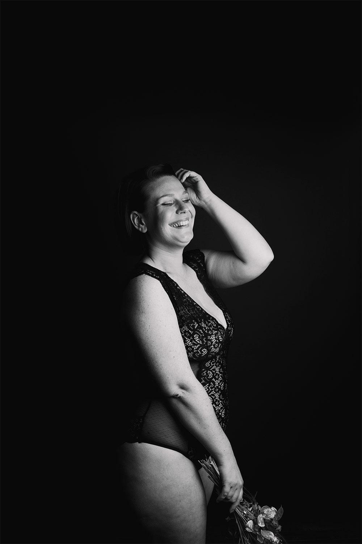Shooting photo noir et blanc en studio pour parler de body positive, avec le sourire en body dentelle Pomm'Poire