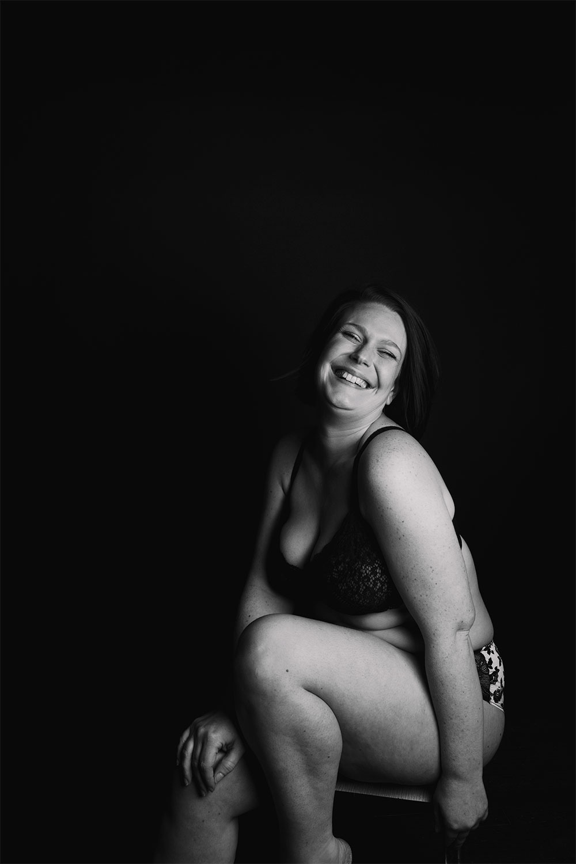 Shooting boudoir et body positive en noir et blanc