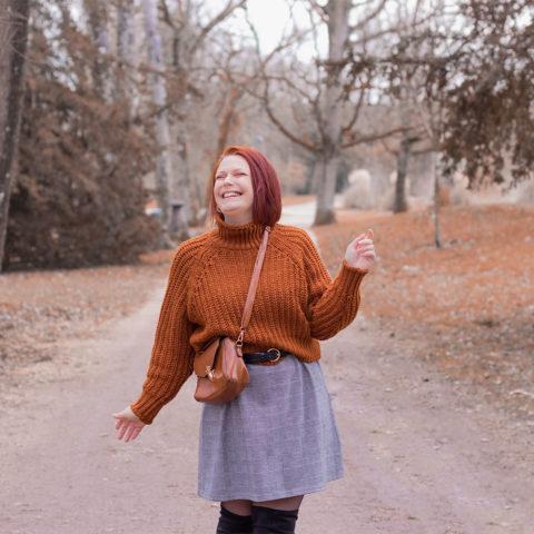 Un look dans les bois, en pull oversize et robe à carreaux, pour illustrer un article de lettre à moi-même