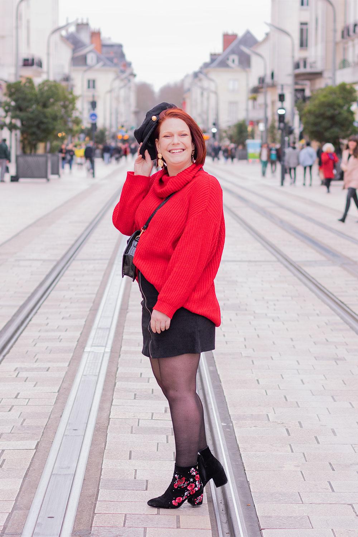 Look en rouge et noir Shein, au milieu d'une rue, pour parler du harcèlement de rue
