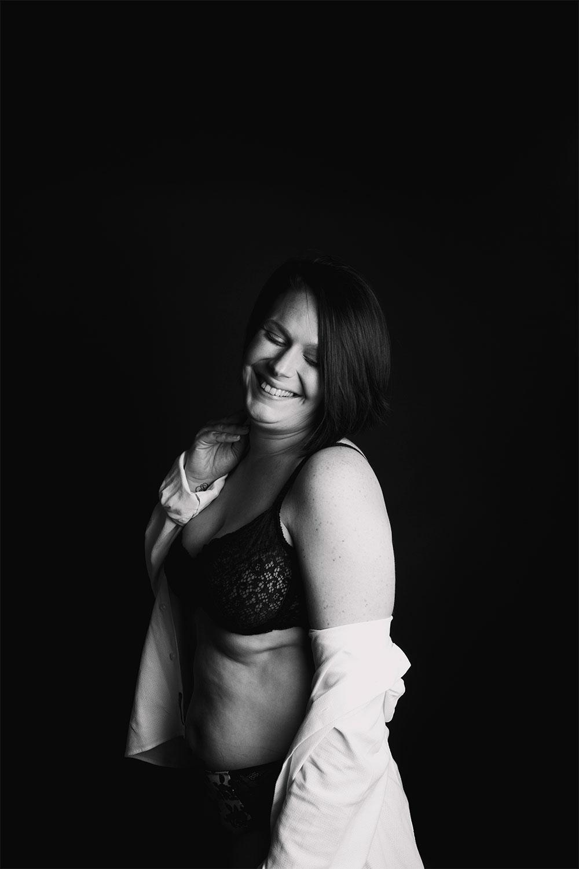 Shooting body positive en sous-vêtements, dans un studio avec le sourire