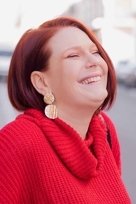 En pull rouge avec le sourire, zoom sur les boucles d'oreilles Shein