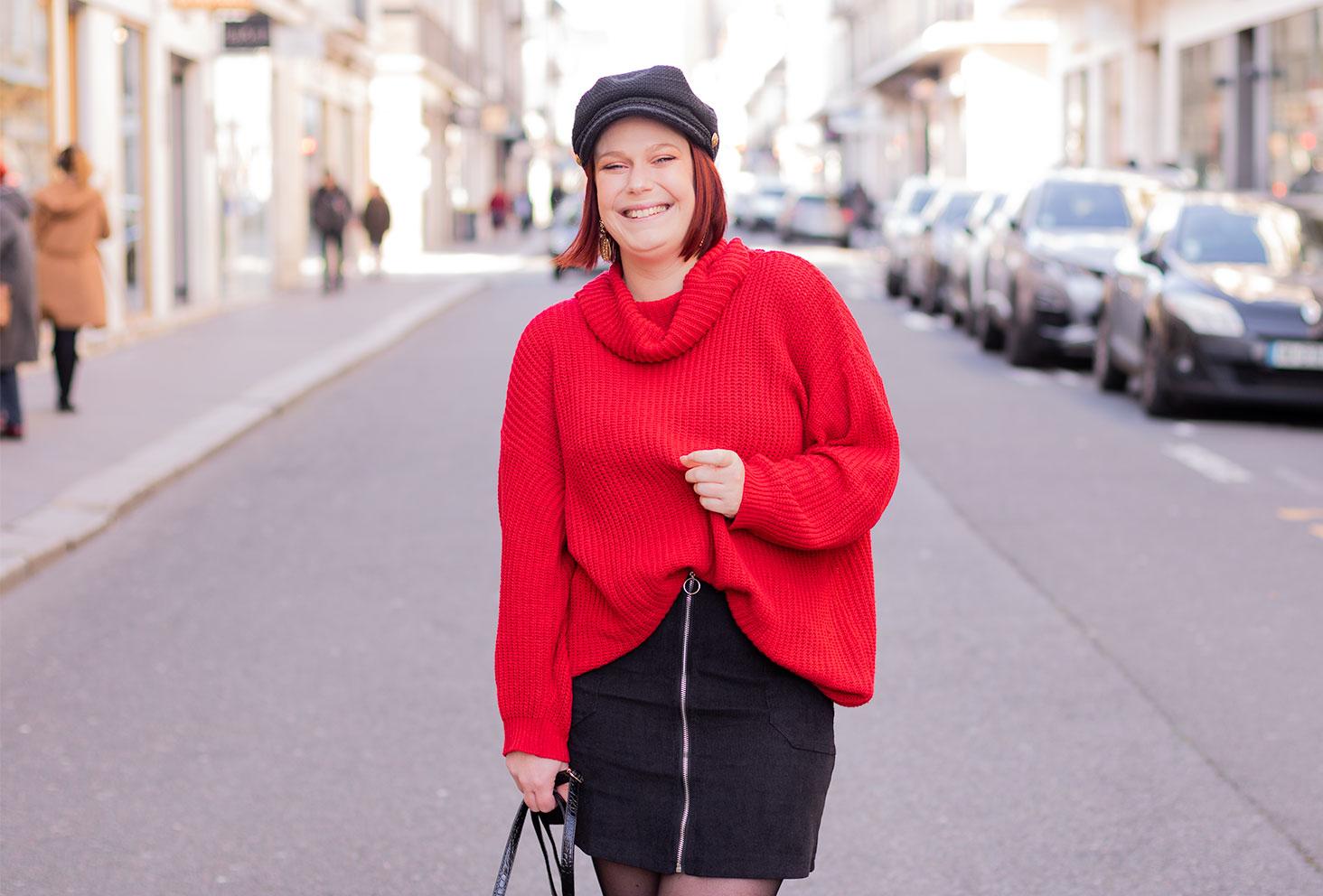Zoom sur le pull rouge oversize shein porté avec le sourire dans la rue
