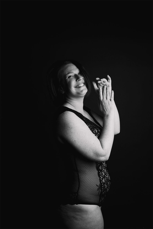 Shooting noir et blanc en studio pour la mise en avant du body positive, en body noir à dentelle