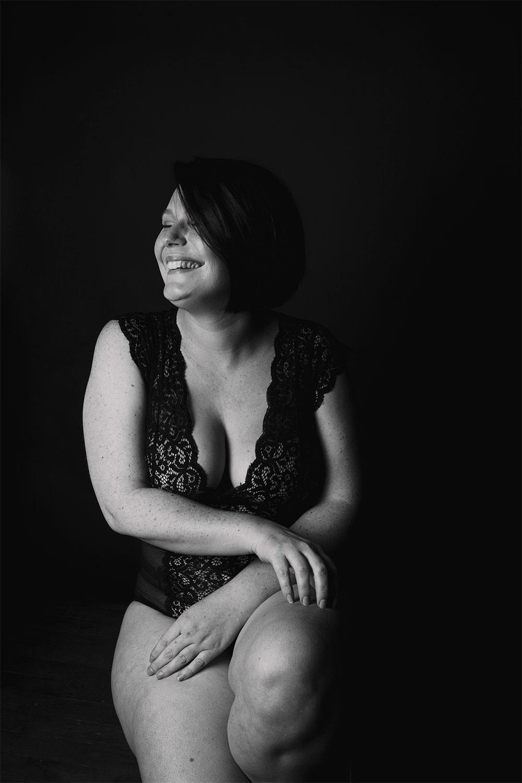 Sourire et body positive, pour une séance photo boudoir en body Pomm'Poire