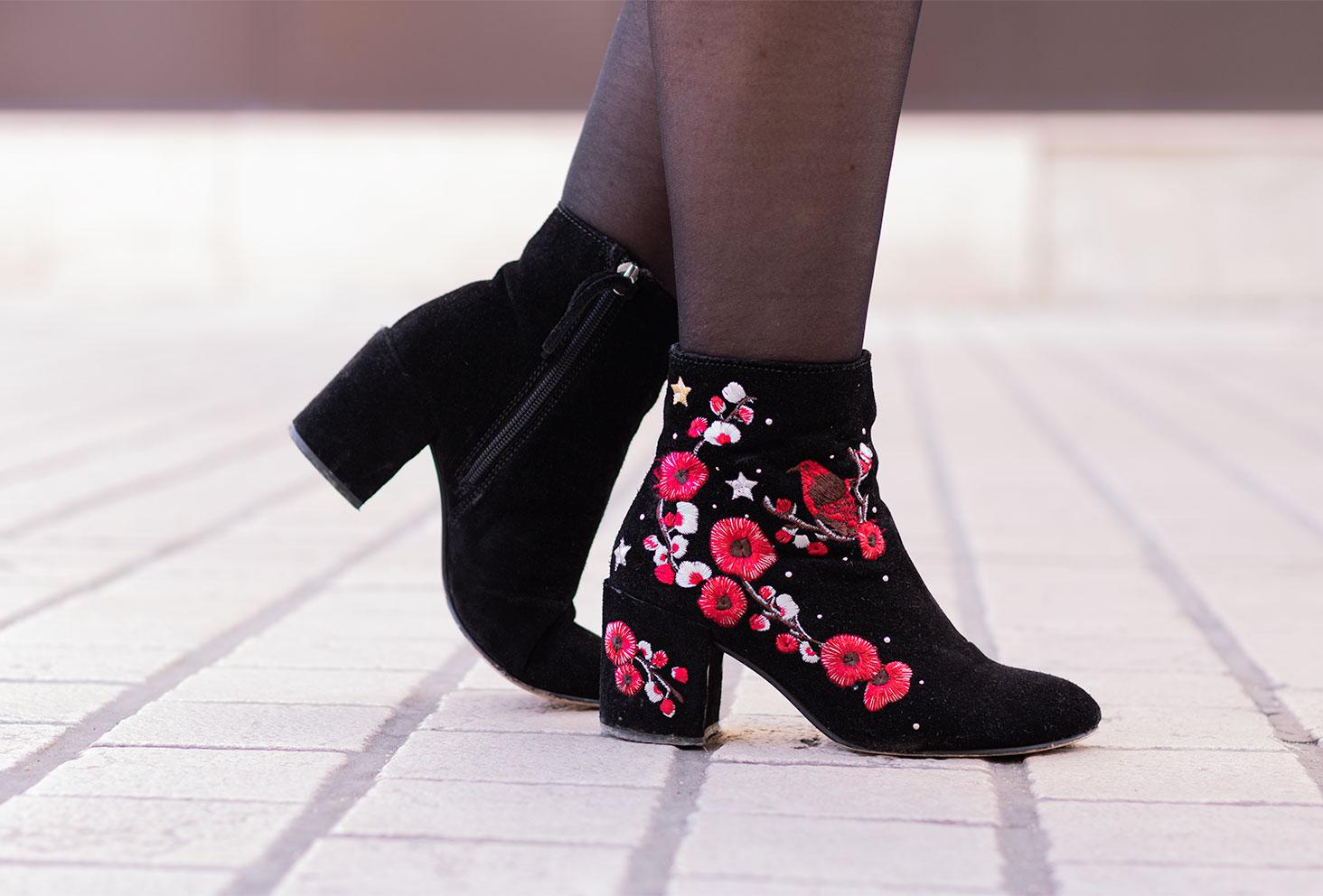 Zoom sur des bottines noires à fleurs rouges Stradivarius
