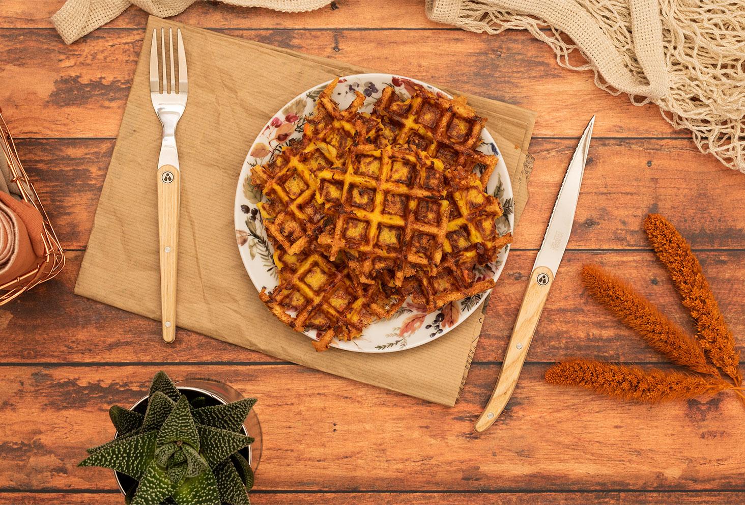 Des gaufres de potimarron dans une assiette vintage sur une table en bois prêtes à être mangé