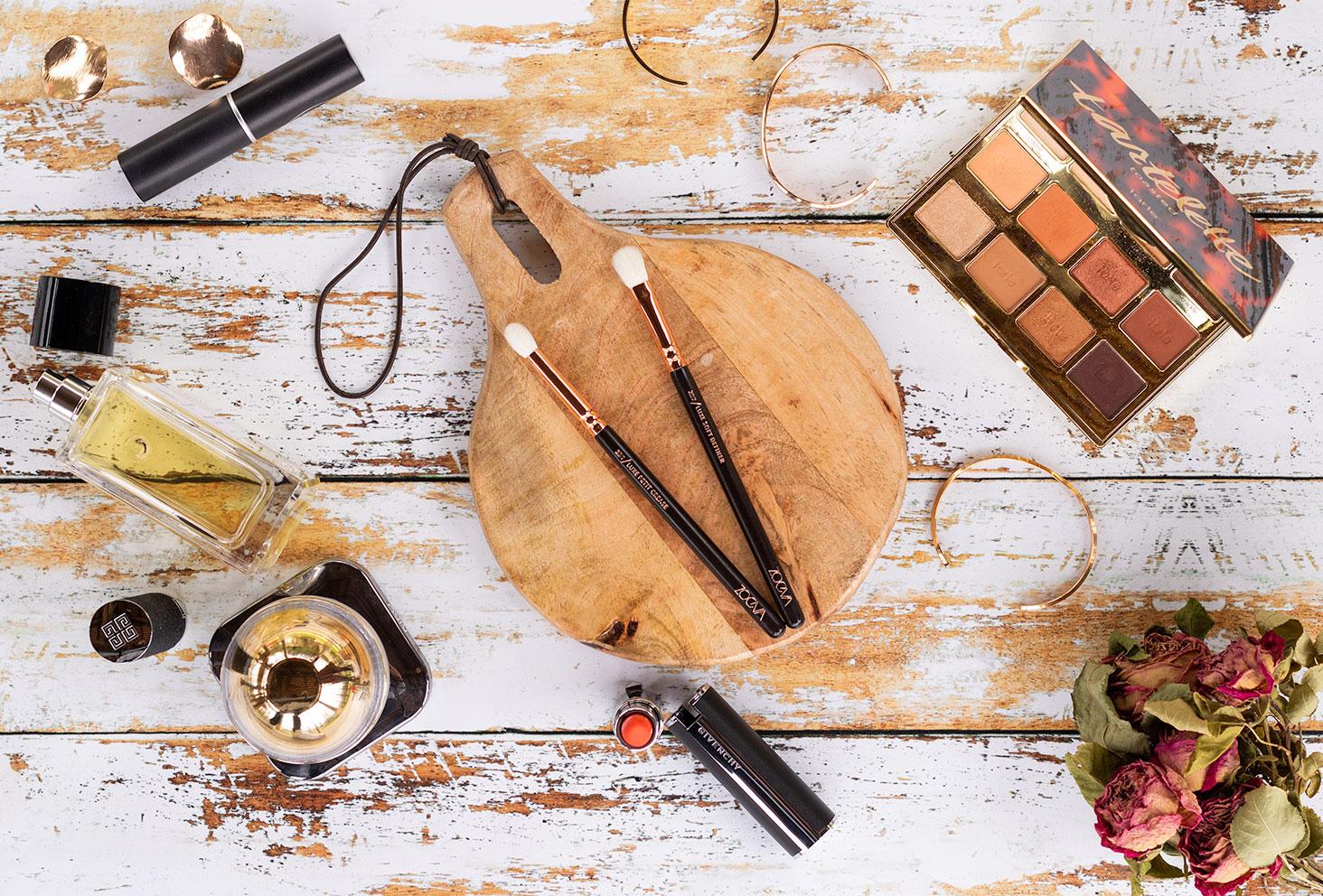 Les pinceaux pour le make-up des yeux de Zoeva posés sur une planche ronde en bois au milieu de maquillage pour les yeux