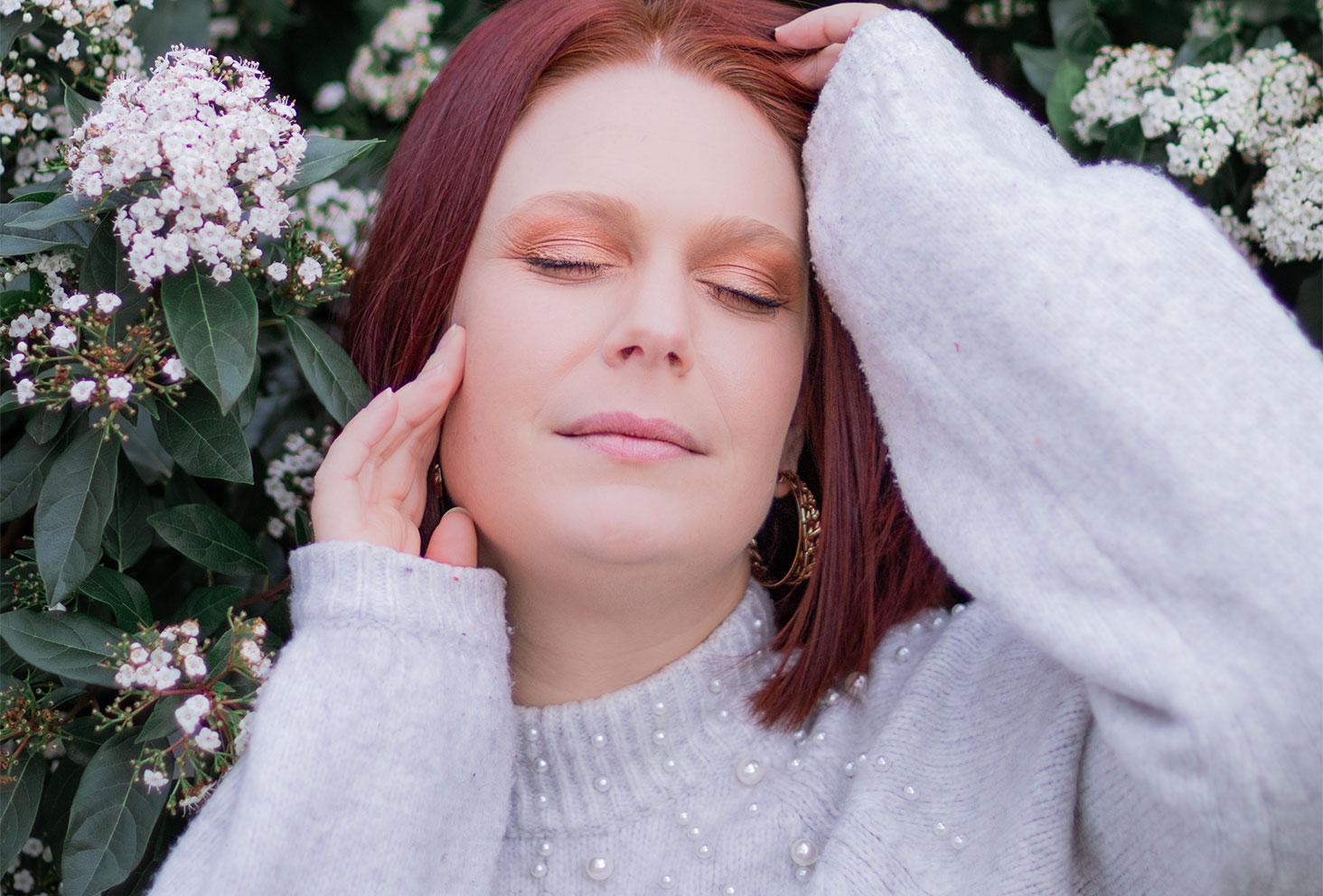 Zoom sur un make-up marron et doré réalisé avec des pinceaux à maquillage