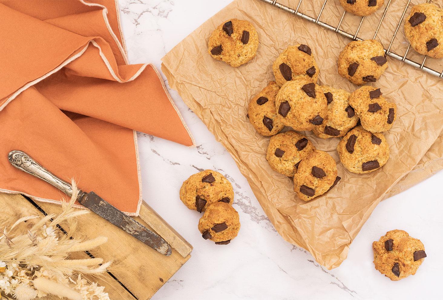 Recette facile de cookies sans œufs aux pépites de chocolat et à la banane, posés sur une table en marbre