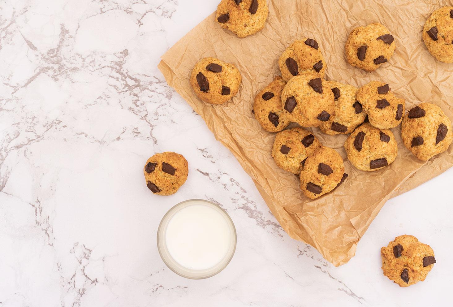 Recette facile de cookies au chocolat avec un verre de lait