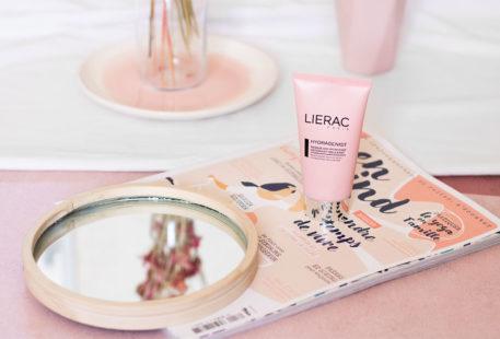 Le masque Hydragenist hydratant et oxygénant de Lierac, posé sur un magazine à côté d'un miroir rond en bois