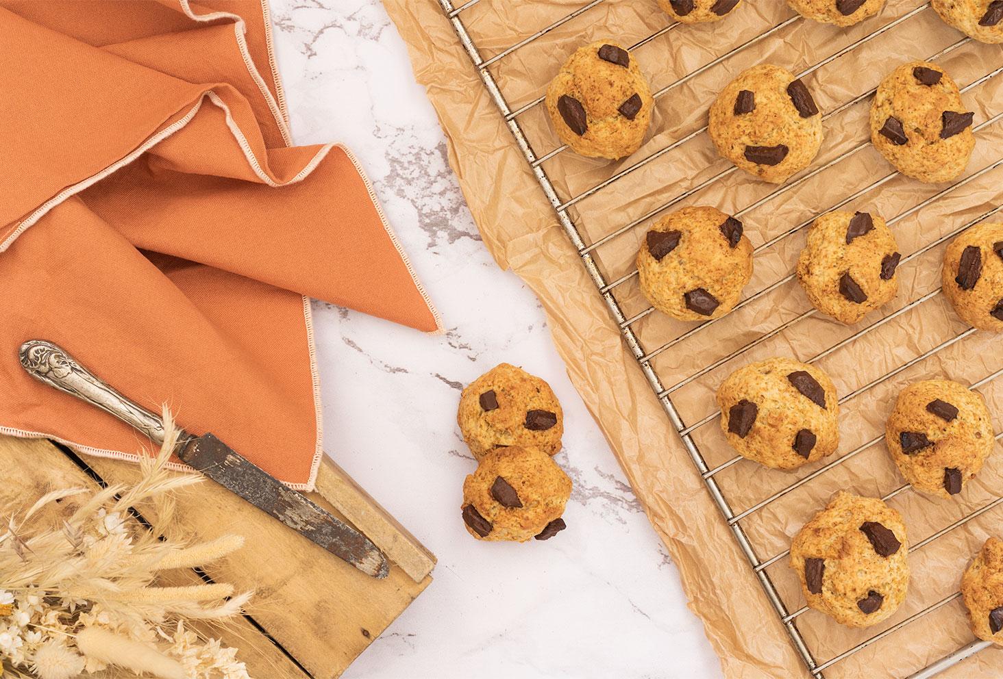 Recette de cookies sans œufs à la banane et au chocolat, sur une grille de four dans un décors vintage