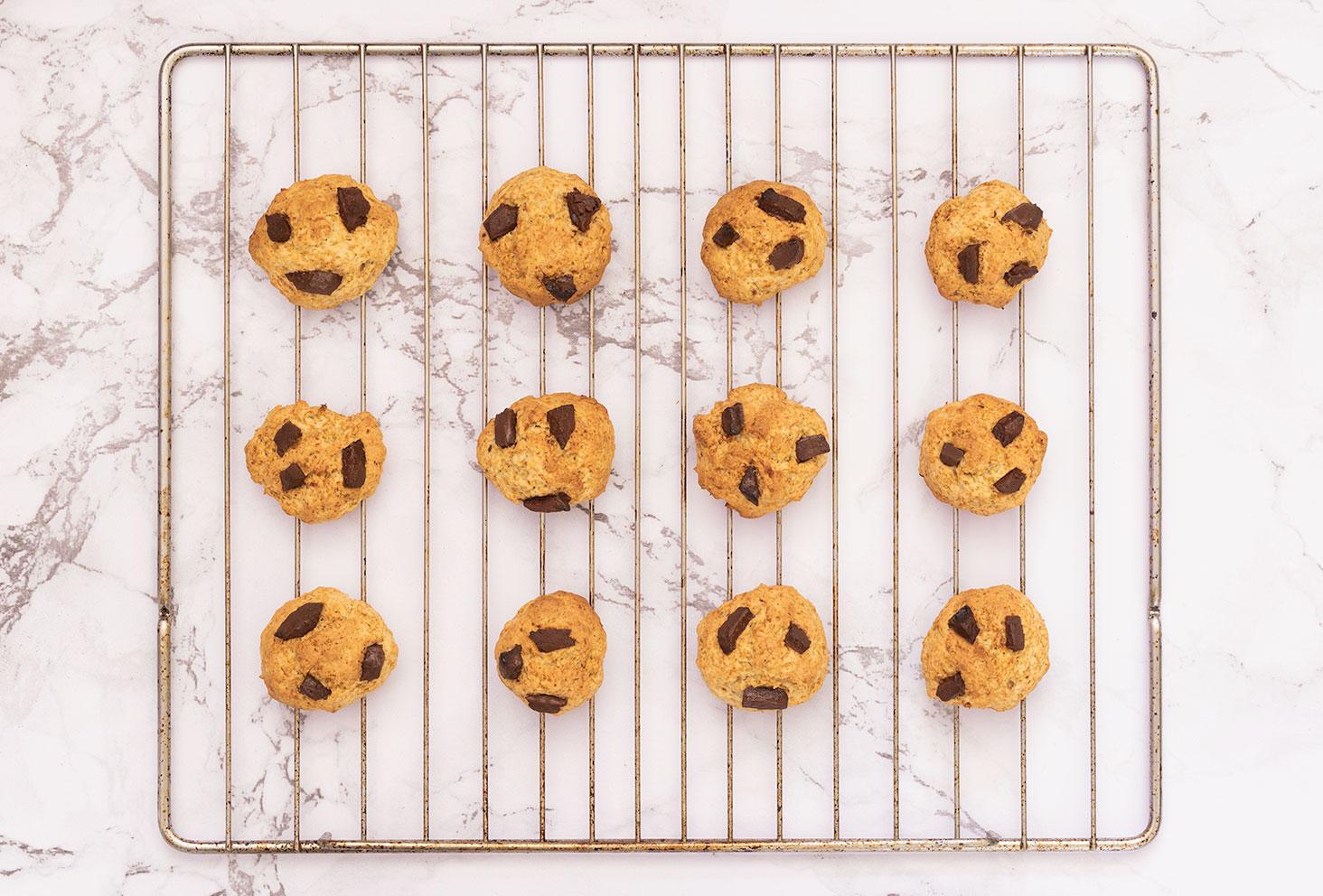 Cookies au chocolat sortis du four, posé sur la grille pour refroidir