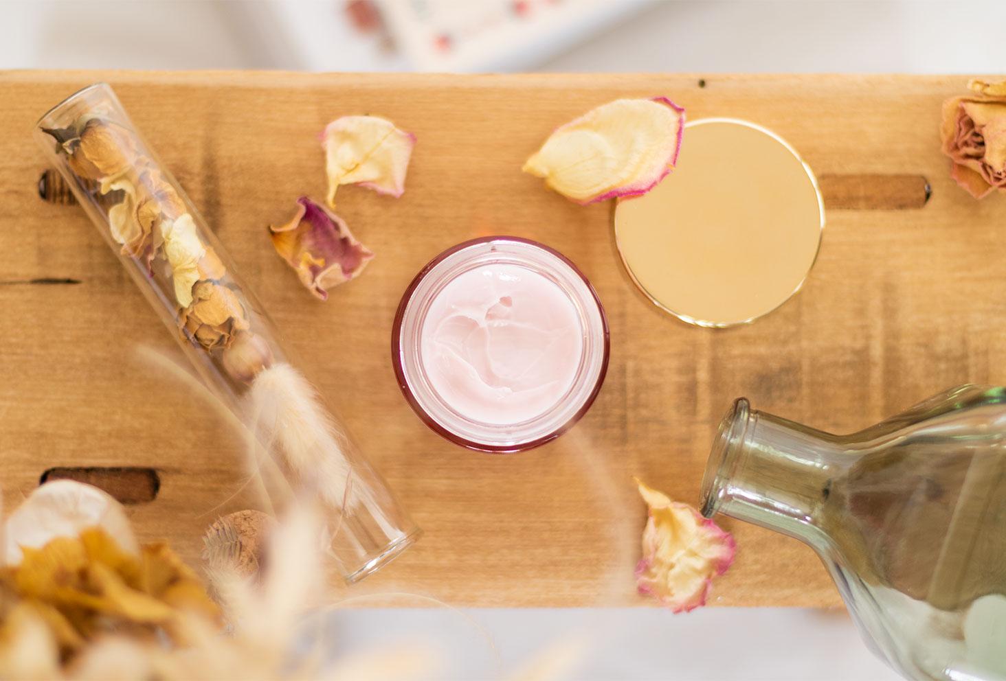 Texture et utilisation du baume de rosée de Sanoflore dans ma routine visage du confinement