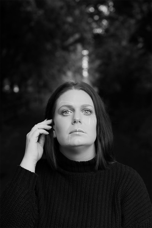 Portrait en noir et blanc d'un maquillage géométrique pour parler des crises d'angoisse