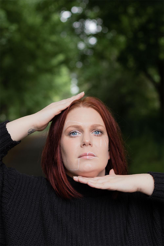 Photo géométrique et make-up géométrique pour parler des crises d'angoisse