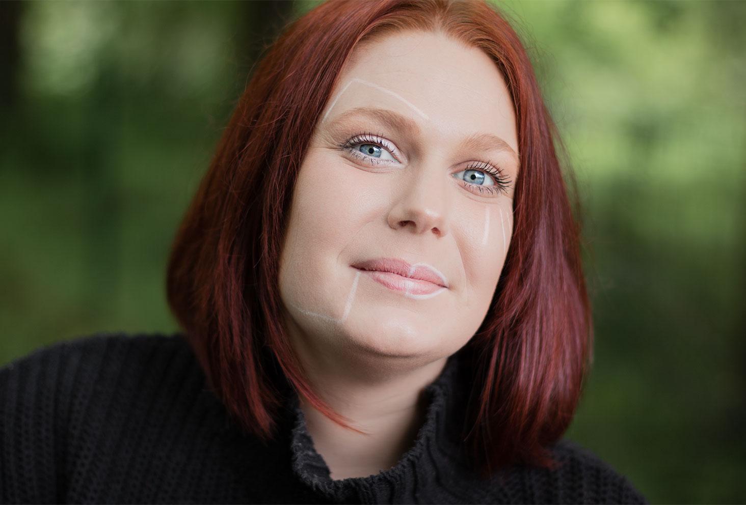 Portrait souriant pour illustrer un article sur le denouement des crises d'angoisse avec un maquillage géométrique sur le visage