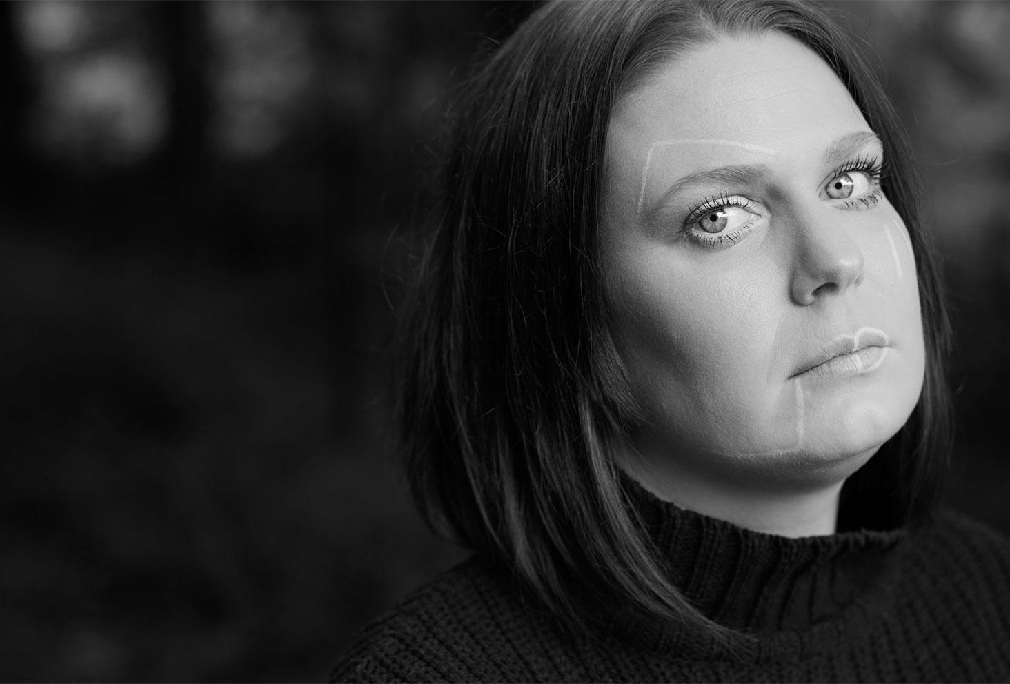 Geometric make-up sur une photo portrait en noir et blanc, sans sourire, pour illustrer un article sur l'angoisse