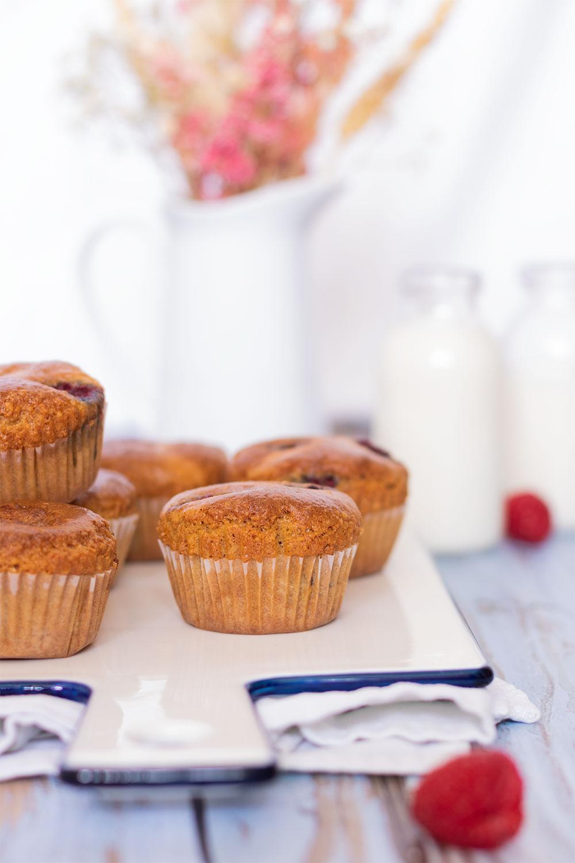 Zoom sur des muffins aux framboises dans des cassolettes en papier tout juste sorti du four