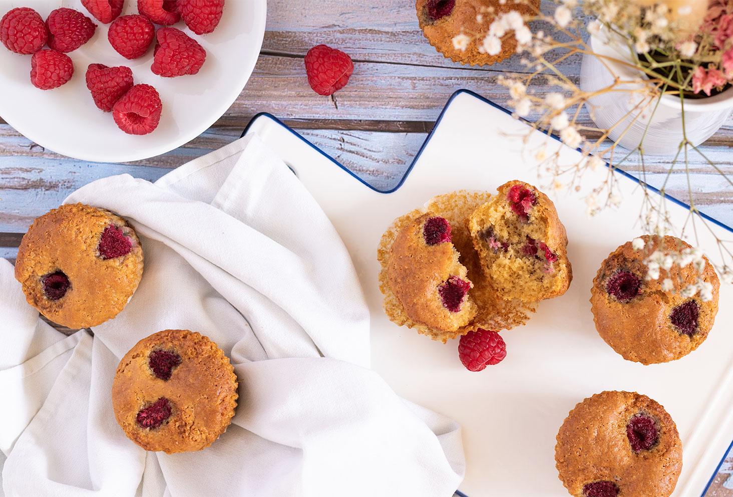 Zoom sur l'intérieur moelleux d'un muffins aux framboises et à la noisette