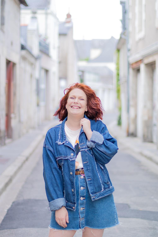 Un total look en jean parfait pour l'été, dans une ruelle blanche de Tours