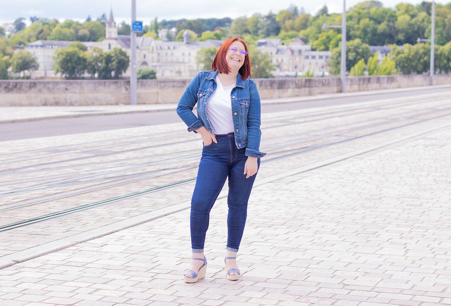 Le total look en jean dans les tendances pour l'été 2020, sur le pont Wilson de Tours avec le sourire et une main dans la poche du jean