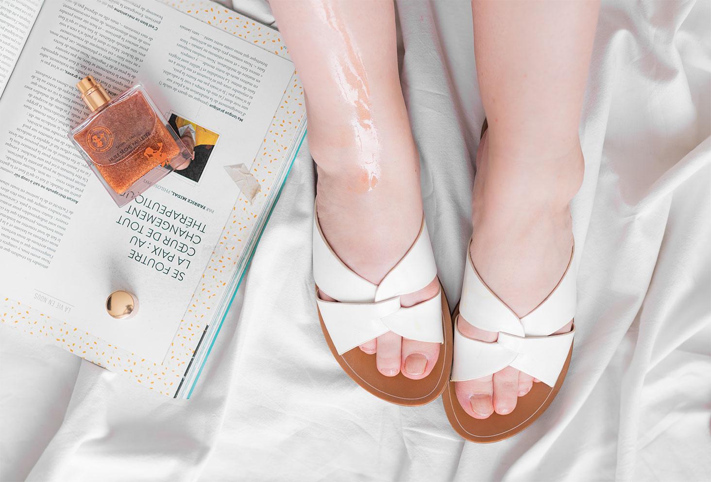 Zoom sur la texture de l'huile sèche pailletée de Secrets de Miel appliquée sur les jambes