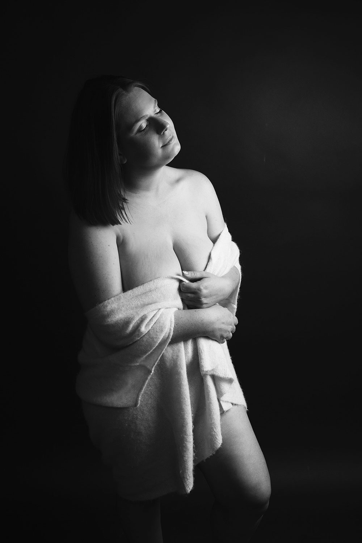 Photo studio en noir et blanc pour illustrer une lettre à mon petit corps chéri