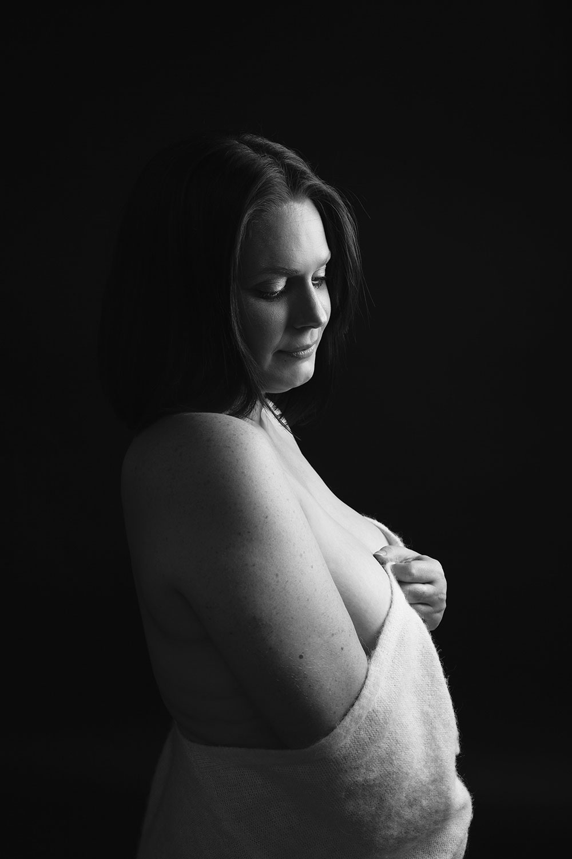 Photographie noir et blanc en studio dénudée