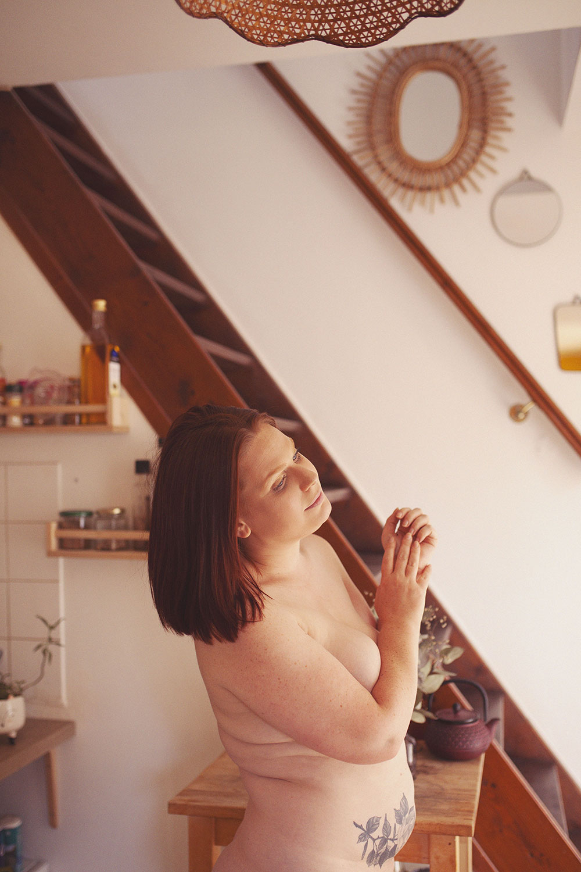 Dans une cuisine, nue avec un air bucolique, pour illustrer une lettre à mon petit corps chéri